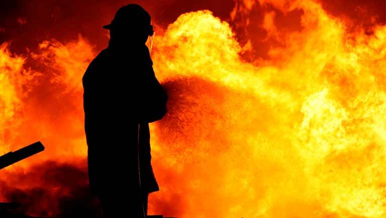 """Um incêndio é rapidamente alastrado. Os sprinkles são os """"primeiros que chegam"""" no local afetado."""